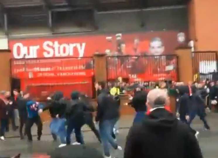 briga no jogo Liverpool x Roma