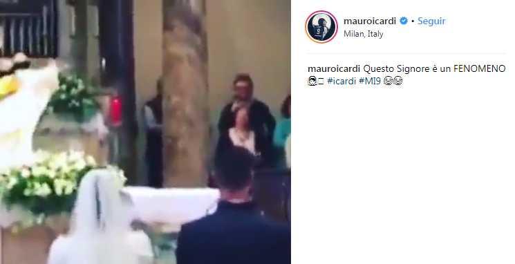 Mauro Icardi reage ao padre com a camisa da Inter