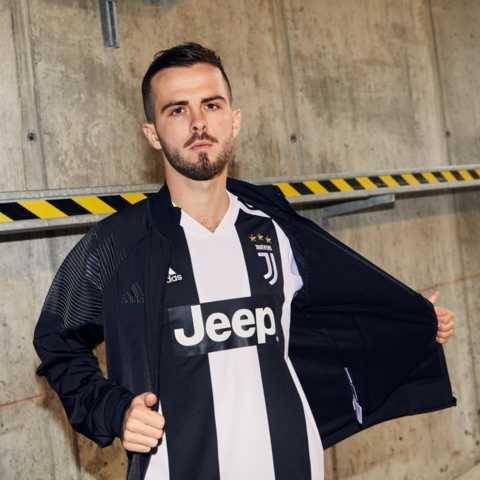 Pjanic com a camisa da Juventus 2018-2019